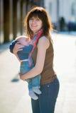 Den lyckliga barnmodern med hennes litet behandla som ett barn pojken Arkivbild