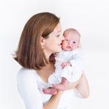 Den lyckliga barnmodern som kramar hennes nyfött, behandla som ett barn royaltyfria foton