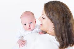Den lyckliga barnmodern som rymmer hennes nyfött, behandla som ett barn arkivfoton