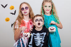Den lyckliga brodern och två systrar på allhelgonaafton festar Fotografering för Bildbyråer
