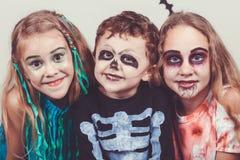 Den lyckliga brodern och två systrar på allhelgonaafton festar Royaltyfri Foto
