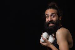 Den lyckliga cirkusjonglören som efterapar med hans jonglera, klumpa ihop sig royaltyfri foto