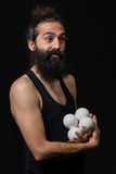Den lyckliga cirkusjonglören som efterapar med hans jonglera, klumpa ihop sig fotografering för bildbyråer