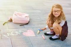 Den lyckliga dagen för moder` s är dottern en grundskolastudent royaltyfria foton