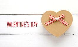 Den lyckliga dagen och hjärta för valentin` s formar gåvaasken på den vita wood boaen arkivbilder