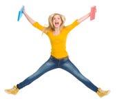 Den lyckliga deltagareflickan med bokar banhoppning Fotografering för Bildbyråer