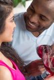 Den lyckliga den afrikansk amerikanmannen och kvinnan kopplar ihop i deras trettiotal Fotografering för Bildbyråer