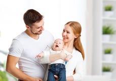 Den lyckliga den familjmodern, fadern och sonen, behandla som ett barn hemma Royaltyfria Foton