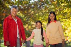 Den lyckliga dottern med modern och farmodern på parkerar Arkivfoto