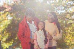 Den lyckliga dottern med modern och farmodern på parkerar Arkivbild
