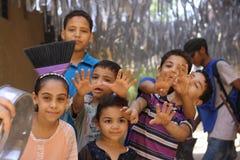 Den lyckliga egyptier lurar att leka i gatan i giza, egypt arkivbilder