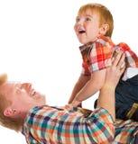 Den lyckliga fadern med den små sonen Arkivfoton