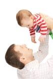 Den lyckliga fadern med förtjusande behandla som ett barn Arkivbilder