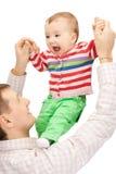 Den lyckliga fadern med förtjusande behandla som ett barn Arkivfoton