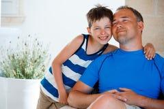 Den lyckliga fadern och sonen som den har, vilar utomhus på härlig sommardag Arkivfoton