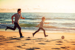 Den lyckliga fadern och sonen spelar på fotboll eller fotboll Royaltyfri Fotografi