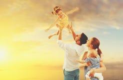 Den lyckliga familjen av fadern, modern och två barn, behandla som ett barn sonen och da royaltyfri foto