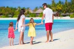 Den lyckliga familjen av fyra har gyckel tillsammans på vit Fotografering för Bildbyråer