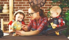 Den lyckliga familjen av modern och barn förbereder sig att resa turen, betesmark arkivfoton