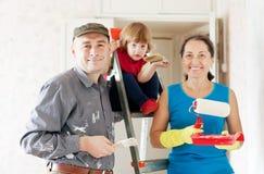 Familjen gör gör reparerar i lägenhet Royaltyfria Bilder