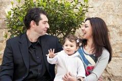 Den lyckliga familjen, barn säger hälsningar Arkivbilder