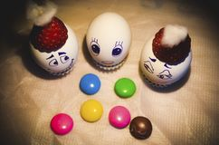 Den lyckliga familjen för det easter ägget behandla som ett barn med färgrika objekt royaltyfria foton