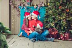 Den lyckliga familjen firar jul Mamma, farsa och son i jul Royaltyfri Fotografi