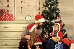 Den lyckliga familjen firar nytt år och jul royaltyfria foton