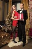Den lyckliga familjen firar nytt ?r och jul royaltyfri bild