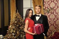Den lyckliga familjen firar nytt ?r och jul royaltyfri foto