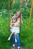 Den lyckliga familjen fostrar utomhus och ungen, barnet, dottern som ler p Royaltyfri Foto