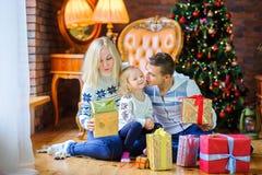 Den lyckliga familjen ger sig gåvor Royaltyfria Foton