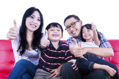Den lyckliga familjen ger upp tummar - isolerat Royaltyfri Foto
