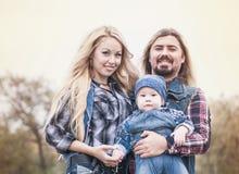 Den lyckliga familjen har ett roligt utomhus- royaltyfri foto
