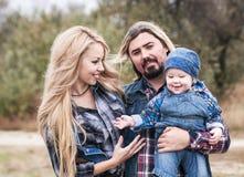 Den lyckliga familjen har ett roligt utomhus- royaltyfria bilder