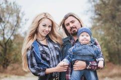 Den lyckliga familjen har ett roligt utomhus- royaltyfri fotografi