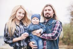 Den lyckliga familjen har ett roligt utomhus- royaltyfria foton