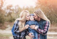 Den lyckliga familjen har ett roligt utomhus- fotografering för bildbyråer