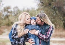 Den lyckliga familjen har ett roligt utomhus- royaltyfri bild