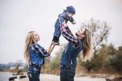 Den lyckliga familjen har ett roligt utomhus- arkivfoto