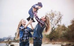 Den lyckliga familjen har ett roligt utomhus- arkivbild