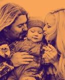 Den lyckliga familjen har ett roligt utomhus- Foto som göras i duotone arkivfoton