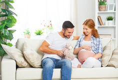 Den lyckliga familjen i förväntan av födelsen av behandla som ett barn Gravid woma Royaltyfri Bild