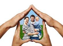 Den lyckliga familjen i händer returnerar arkivfoto