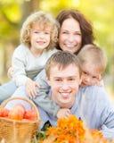 Den lyckliga familjen i höst parkerar Arkivfoton