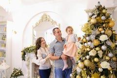 Den lyckliga familjen i lycklig förväntan av ferie står tillsammans nea Arkivfoton