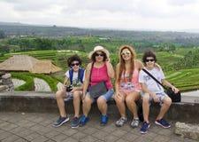 Den lyckliga familjen i ris terrasserar fältet, Ubud Bali, Indonesien Royaltyfria Bilder