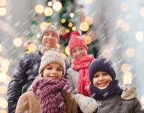 Den lyckliga familjen i vinter beklär utomhus Royaltyfria Foton