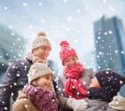 Den lyckliga familjen i vinter beklär utomhus Royaltyfri Foto