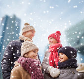 Den lyckliga familjen i vinter beklär utomhus Royaltyfri Bild
